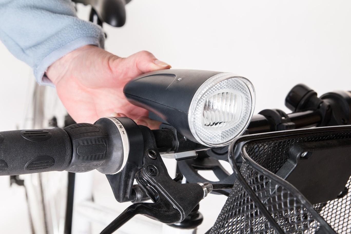 Die Fahrradbeleuchtung anbringen