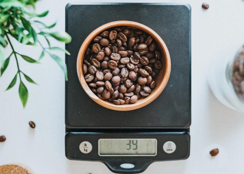 Eine alte Küchenwaage mit Kaffeebohnen