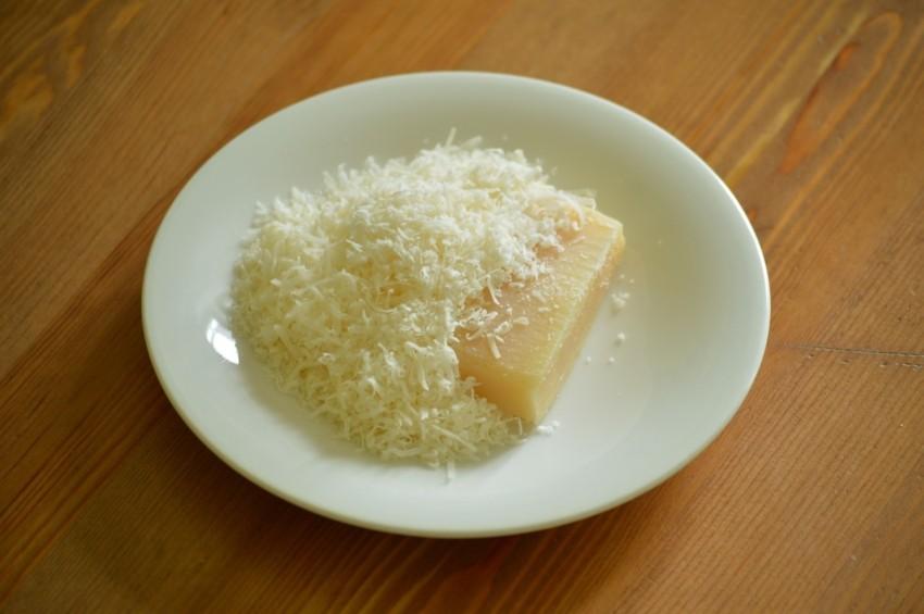 Die Parmesanreibe mit einem Behälter