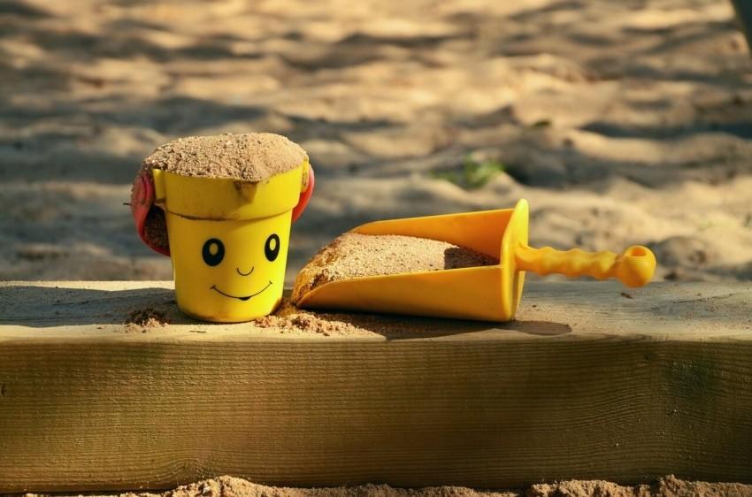 Der Sandkasten mit Dach und Abdeckung