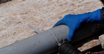 Die akkubetriebene Säbelsäge sägt ein PVC Rohr