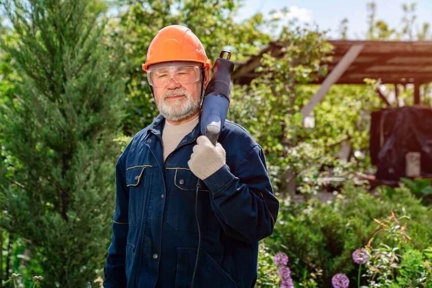 Die Astsäge als Gartenhelfer