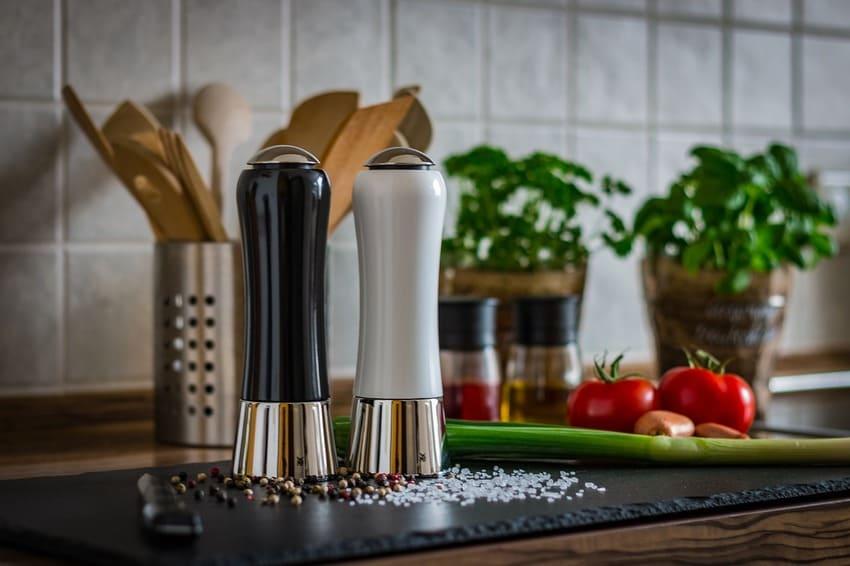 Zwei Pfeffermühlen stehen in einer Küche