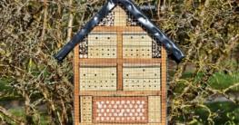 Ein Insektenhotel in der Natur