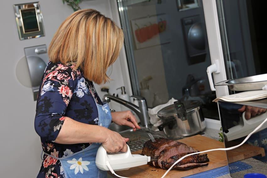 Eine Frau arbeitet mit einem Elektromesser