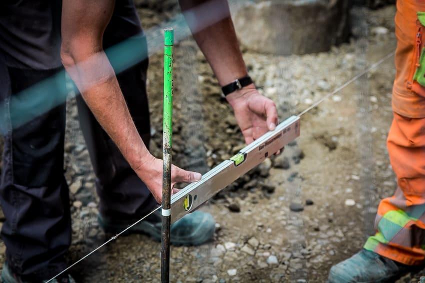 Eine Bosch Wasserwaage auf der Baustelle