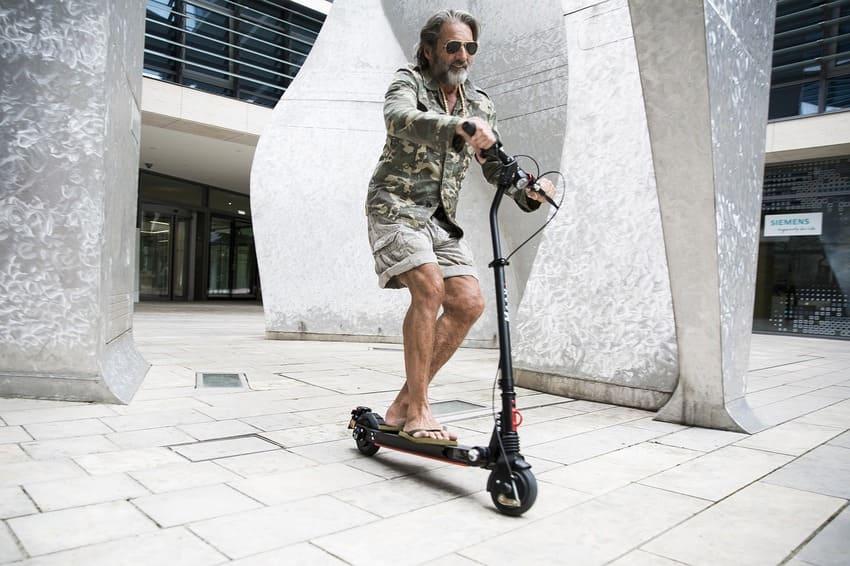 Ein Mann hat einen E-Scooter gekauft