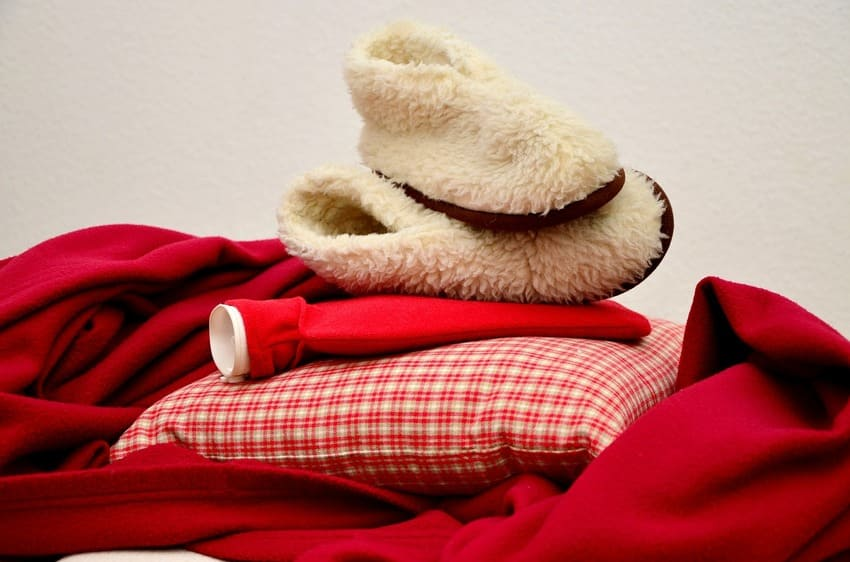 Eine Fashy Wärmflasche liegt auf dem Bett