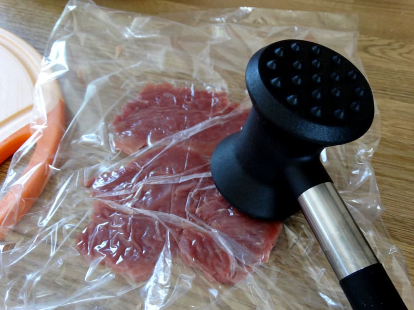 Eine Fleischklopfer Alternative klopft ein Stück Fleisch