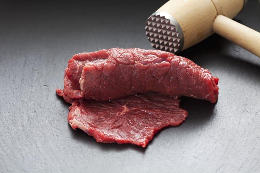 Ein Holz Fleischklopfer im Einsatz