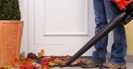 Ein Laubsauger der vor der Tür arbeitet