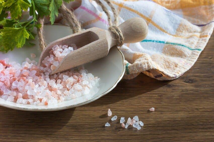 Verschiedene Salze in einer Holzschaufel