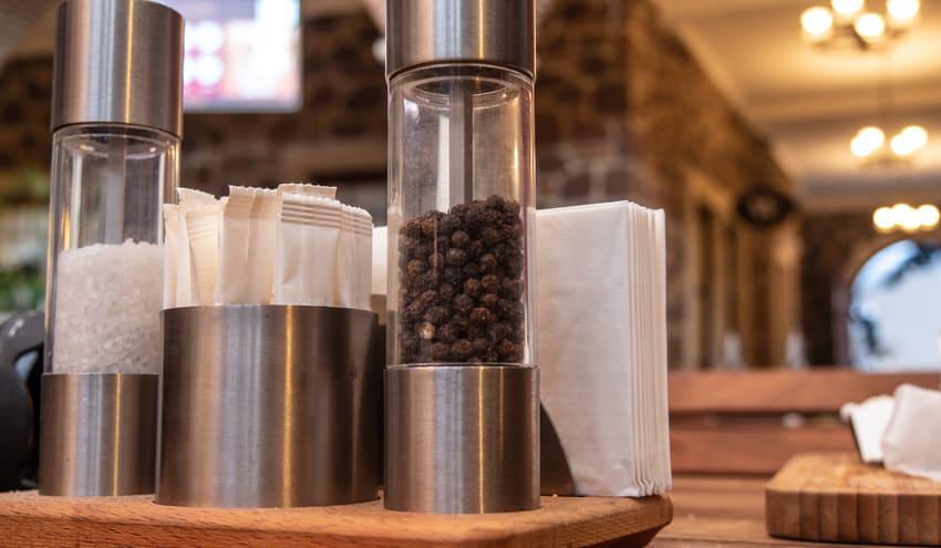 Eine Salz- und Pfeffermühle auf dem Tisch
