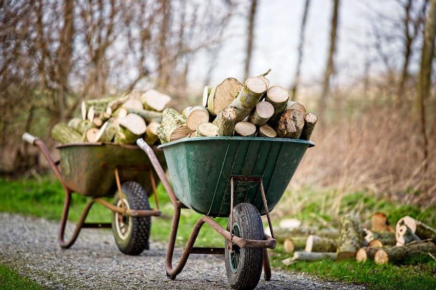 Eine große Schubkarre mit Holz beladen