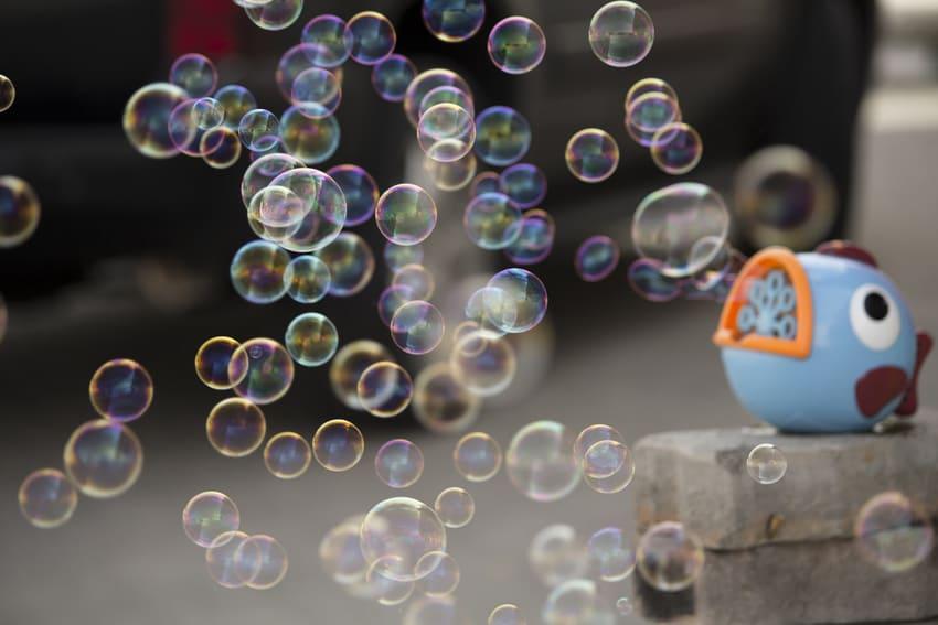 Eine Seifenblasenmaschine die viele Seifenblasen herstellt