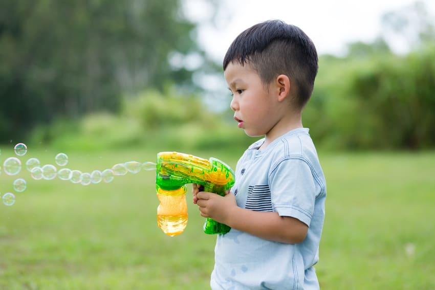 Eine Seifenblasenpistole für Kinder