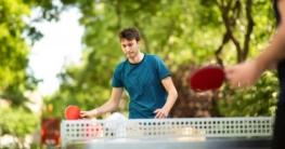Zwei Menschen spielen Tischtennis