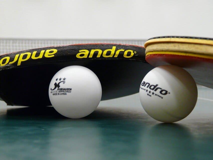 Zwei Tischtennisschläger mit hochwertigen Bällen