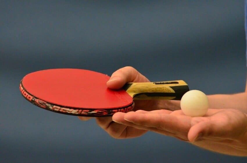 Ein Spieler testet einen Tischtennisschläger