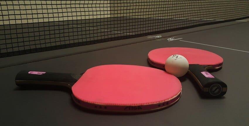 Zwei Tischtennisschläger im Test