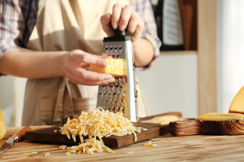Eine Vierkantreibe reibt Käse
