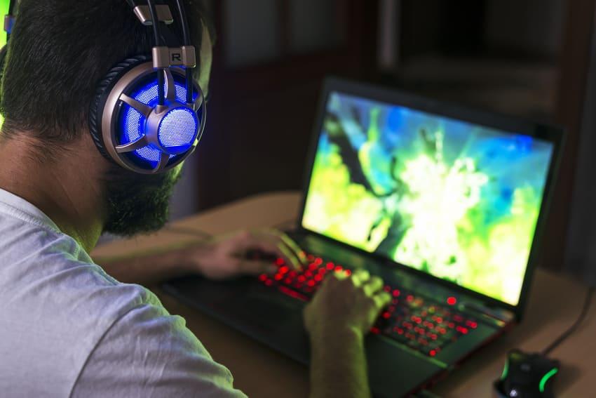 Ein Junge spielt mit einem Gaming Laptop
