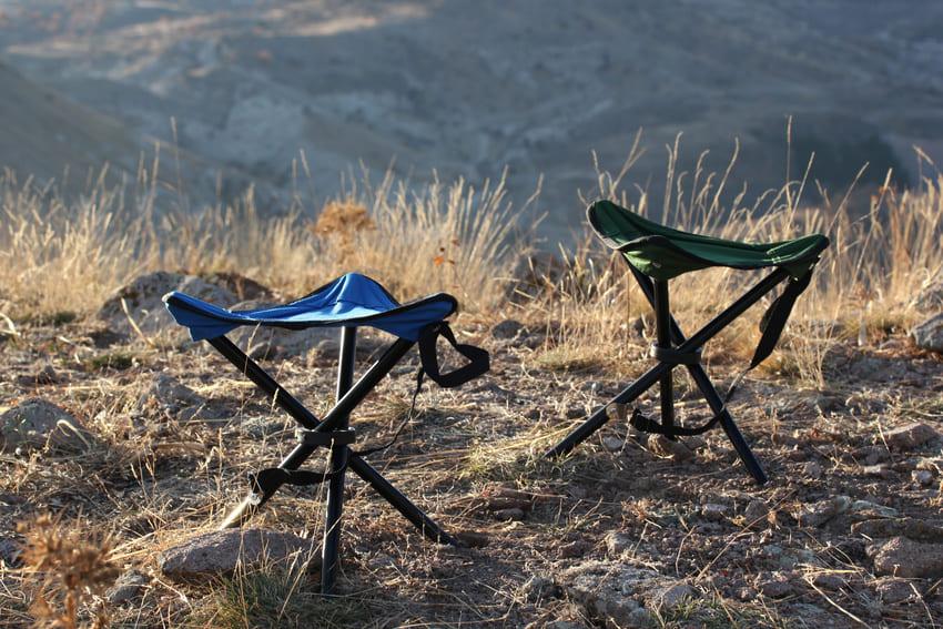 Zwei Klapphocker die zum Camping gedacht sind