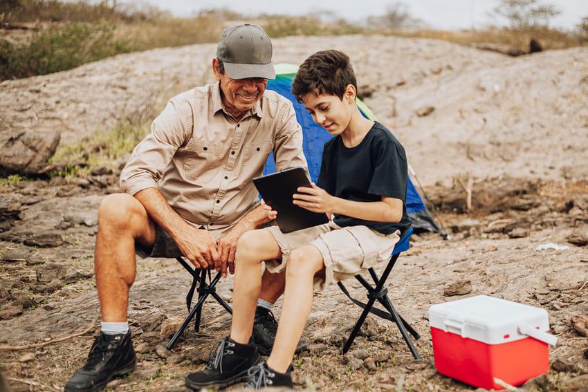 Vater und Sohn sitzen auf dem Klapphocker Testsieger