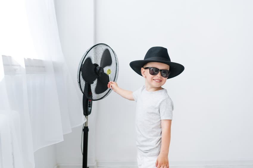 Hier testet ein Kind die verschiedenen Ventilatoren