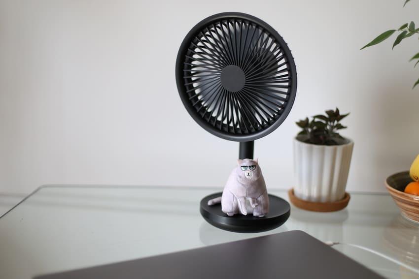 Ein Ventilator mit einem Akku im Betrieb
