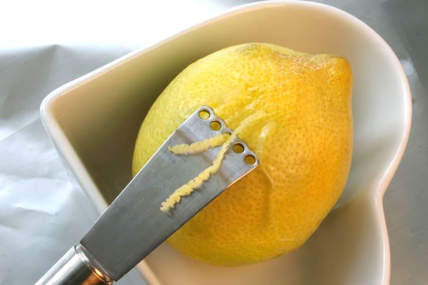Der Zestenreißer der eine Zitrone schneidet
