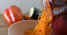 Die elektrische Reibe reibt Karotten