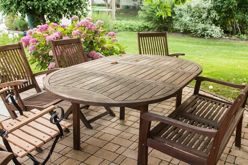 Ein Set aus Gartenmöbeln die aus Holz bestehen