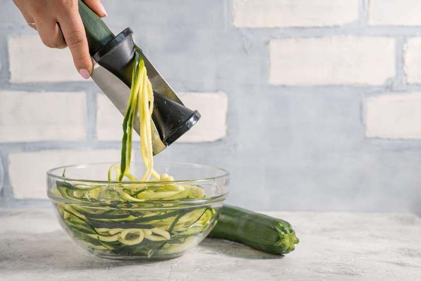 Ein Gemüse Spiralschneider schneidet eine Gurke