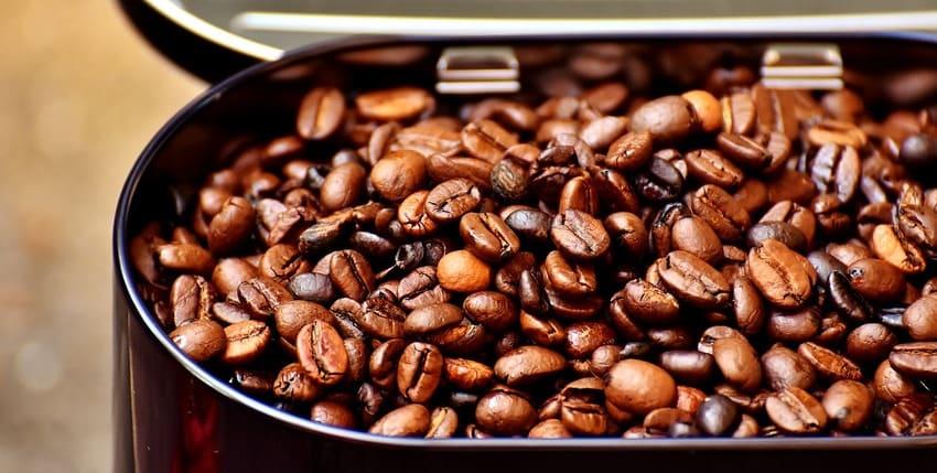 Eine Kaffeedose die Kaffeebohnen lagert