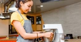 Eine Frau bedient eine Knetmaschine