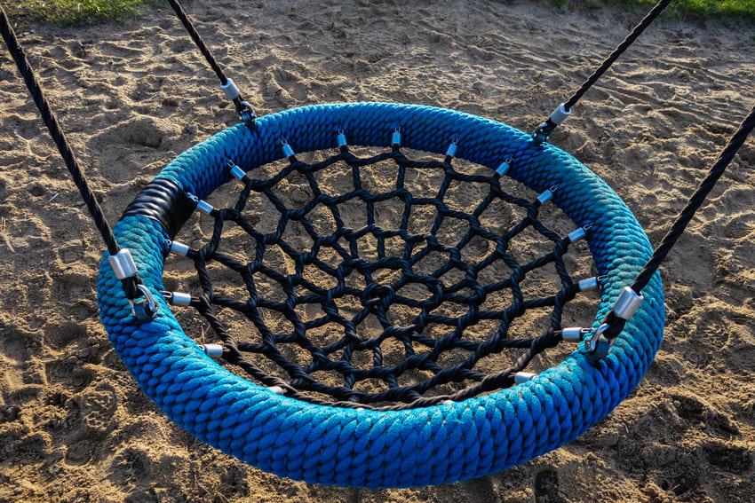 Eine Nestschaukel auf dem Spielplatz