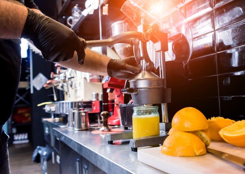 Eine mechanische Hand Orangenpresse