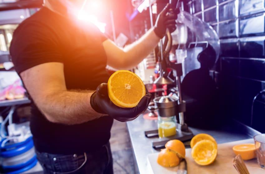 Eine Orangenpresse mit einem großen Hebel